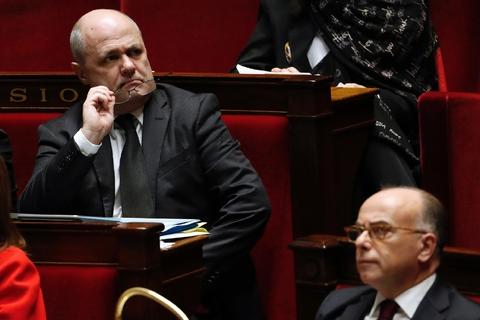 Le ministre de l'Intérieur Bruno Le Roux près du Premier ministre Bernard Cazeneuve à l'Assemblée nationale à Paris le 13 décembre 2016