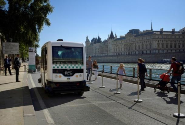Un bus électrique roule sur les voies sur berges à Paris, le 24 septembre 2016