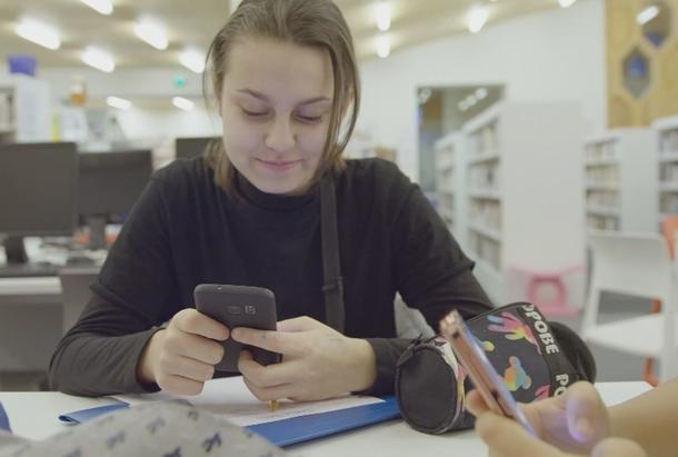 Hafsa sur son portable