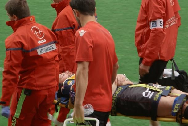 Un rugbyman blessé est sorti du terrain sur une civière par des secouristes