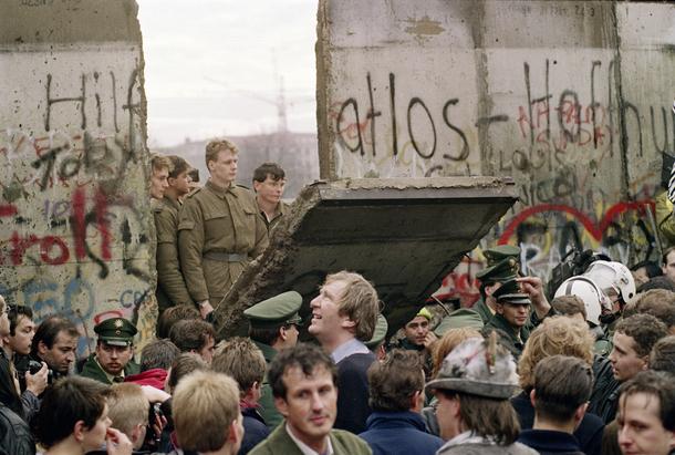 Une foule d'Allemands de l'ouest s'agglutine devant le le mur de Berlin, le 11 novembre 1989, deux jours après sa chute.