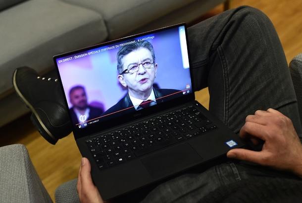 Un homme suit sur YouTube un discours de Jean-Luc Mélenchon le 19 février 2017 à Paris