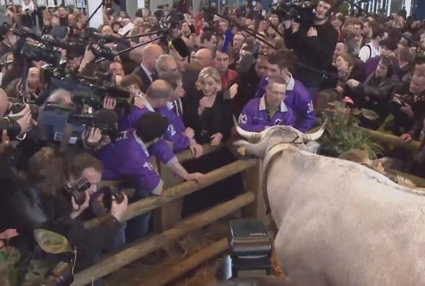 Marine Le Pen discute avec des agriculteurs lors du salon