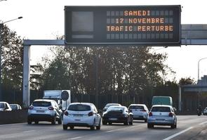 Un panneau annonçant des perturbations pour samedi 17 novembre, sur une autoroute près de Toulouse, le 16 novembre 2018