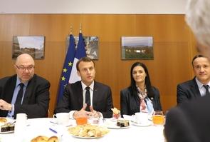 Le président Emmanuel Macron et le ministre de l'Agriculture Stéphane Travert (à gauche) participent à un petit-déjeuner avec les principaux acteurs institutionnels de l'agriculture française au salon de l'Agriculture le 24 février 2018 à Paris