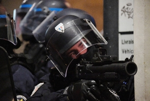 """Un policier tient un lanceur de balles de défense (LBD) lors d'une manifestation des """"gilets jaunes"""" le 12 janvier à Bordeaux"""