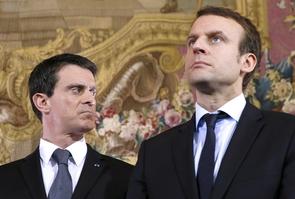 Valls choisit Macron, ici tous deux le 8 février 2016 à Paris, et est copieusement fustigé dans le camp Hamon