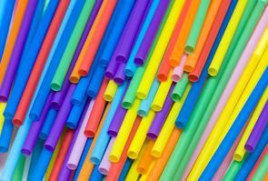 Des pailles en plastique