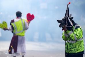 """""""Gilets jaunes"""" dans la fumée des gaz lacrymogènes, à Paris, le 1er mai 2019"""