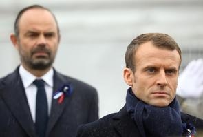 Le président français Emmanuel Macron devant le Premier ministre Edouard Philippe le 11 novembre 2018 à Paris
