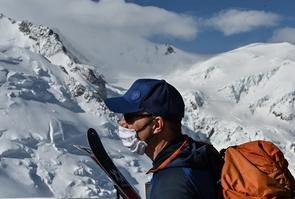 Un skieur portant un masque de protection arrive en haut de l'Aiguille du Midi, le 16 mai 2020 à Chamonix lors du premier week-end post-confinement en France