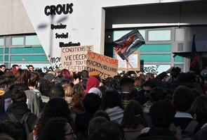 Manifestation d'étudiants devant le Crous de Lyon le 12 novembre 2019