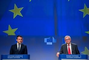 Emmanuel Macron au côté du président de la Commission européenne Jean-Claude Juncker, lors d'une conférence de presse à Bruxelles, le 25 mai 2017