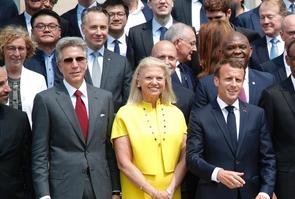 Emmanuel Macron pose au milieu de dirigeants d'entreprises du numérique, mercredi 23 mai 2018 à l'Elysée