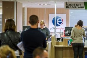 File d'attente à l'accueil d'une agence de Pôle Emploi le 27 août 2014 à Armentieres