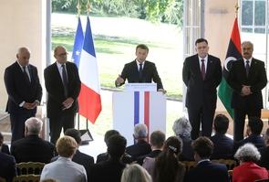 Ghassan Salame, Jean-Yves Le Drian, Emmanuel Macron et Fayez al-Sarraj and General Khalifa Haftar, à La Celle-Saint-Cloud à l'ouest de Paris le 25 juillet 2017