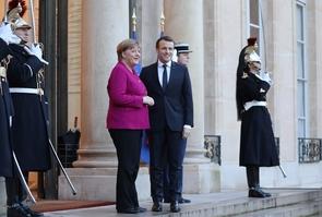 La chancelière allemande Angela Merkel et le président Emmanuel Macron sur le perron de l'Elysée, le 19 janvier 2018 à Paris