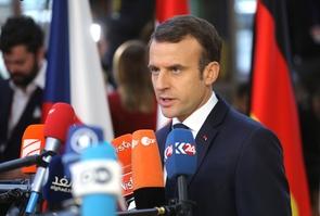 Le président français Emmanuel Macron parle à la presse à son arrivée à Bruxelles pour un sommet européen, le 13 décembre 2018