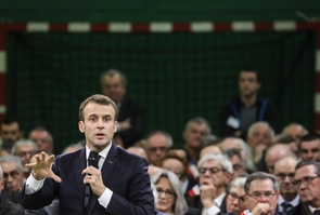 Emmanuel Macron lance le grand débat devant les maires normands réunis à Grand Bourgtheroulde, le 15 janvier 2019