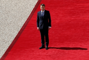 Emmanuel Macron regarde son prédécesseur quitter le palais de l'Élysée le jour de son entrée en fonctions, le 14 mai 2017