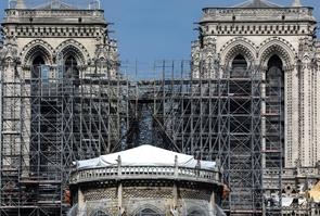 Des ouvriers sur le chantier de restauration de Notre-Dame gravement endommagée par un incendie, le 7 mai