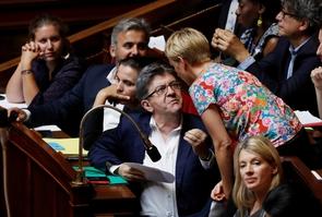 Jean-Luc Mélenchon s'entretient avec Clémentine Autain à l'Assemblée nationale à Paris le 19 juillet 2017