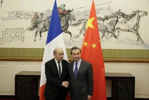 Le ministre des Affaires étrangères, Jean-Yves Le Drian, rencontre son homologue chinois Wang Yi, à Pékin, le 24 novembre 2017
