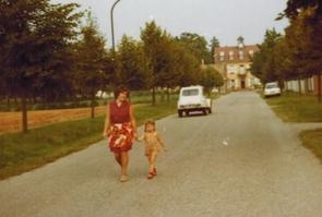 Hélène Risser et Erica devant l'hopital de Hoerth