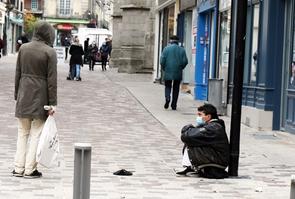 Alencon; mendiant masque dans la rue