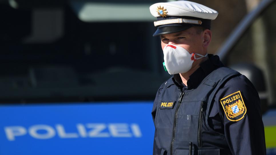 Photo d'un policier allemand à la frontière avec l'Autriche