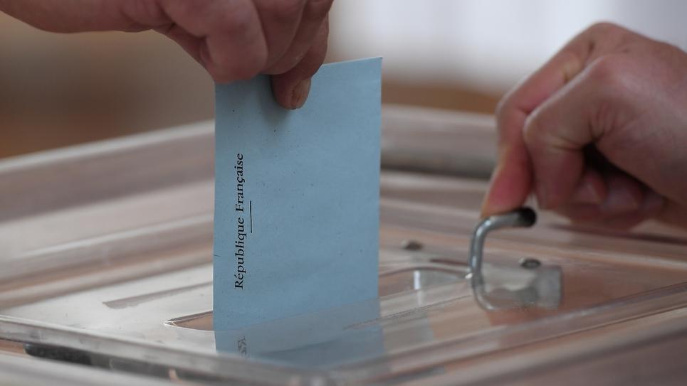 Une personne dépose un bulletin de vote lors du second tour des élections législatives le 18 juin 2017 à Strasbourg.