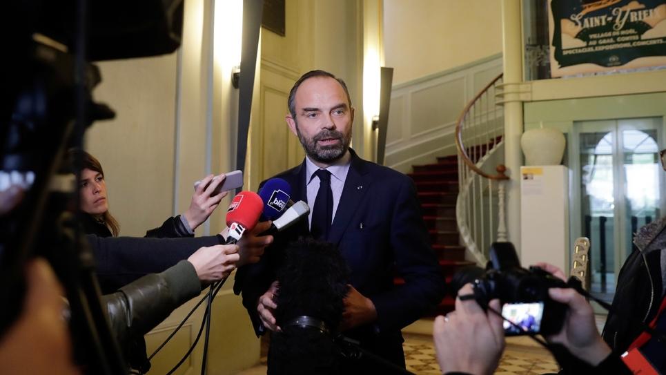 Le Premier ministre Edouard Philippe s'adresse à la presse à  Saint-Yrieix-la-Perch (centre) le 21 décembre 2018