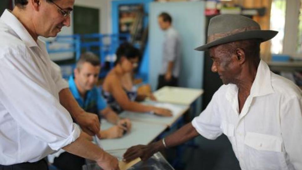 Un électeur vote pour le second tour des élections départementales le 29 mars 2015 à Saint-Paul sur l'île de La Réunion