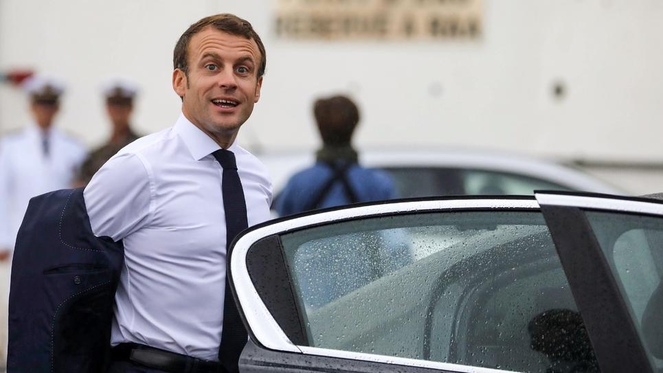 Le président Emmanuel Macron monte dans une voiture après avoir atterri à l'aéroport de Saint-Denis de la Réunion le 23 octobre 2019  à La Réunion, dans le cadre d'un voyage de quatre jours dans l'île française de l'océan Indien.