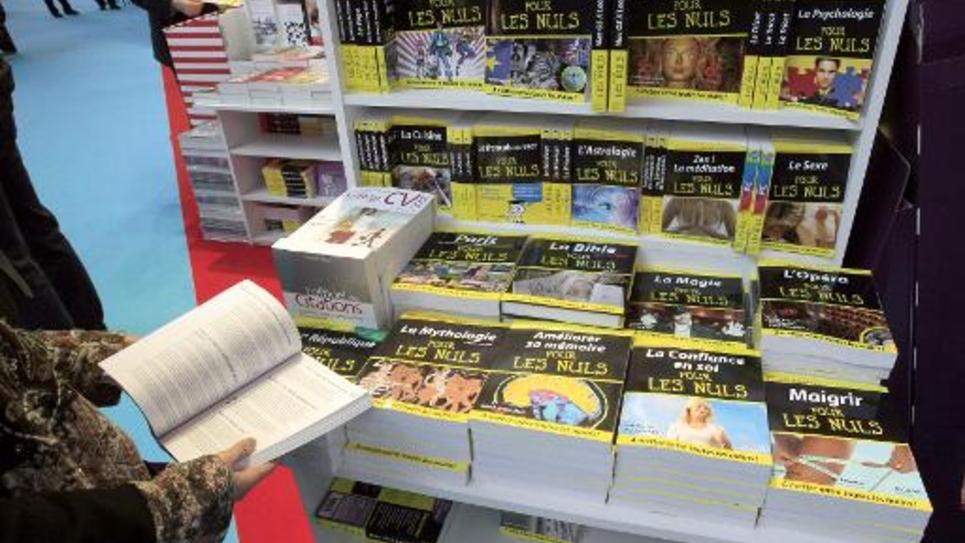 """Un stand rempli de livres de la collection """"Pour les nuls"""" au Salon du livre à Paris, le 14 mars 2008"""