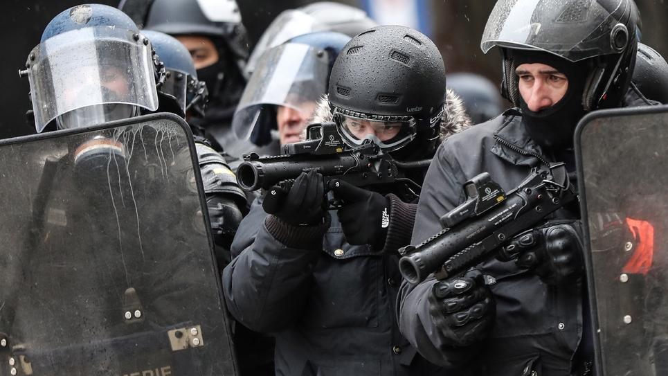 """Des gendarmes mobiles équipés de Lanceurs de balles de défense (LBD), le 15 décembre 2018 à Paris dans une manifestation de """"gilets jaunes"""""""