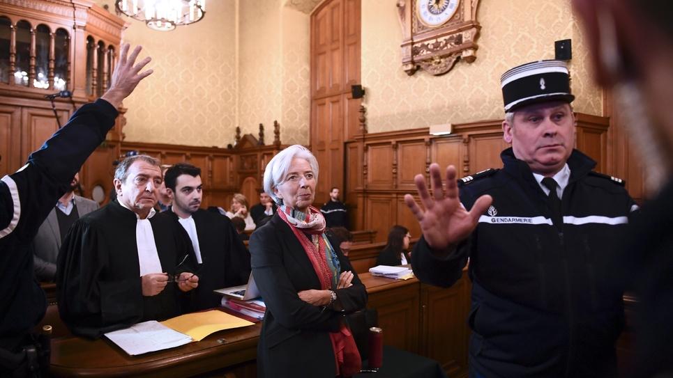 Christine Lagarde (c) dans une salle du palais de justice à Paris, en attendant son procès, le  12 décembre 2016