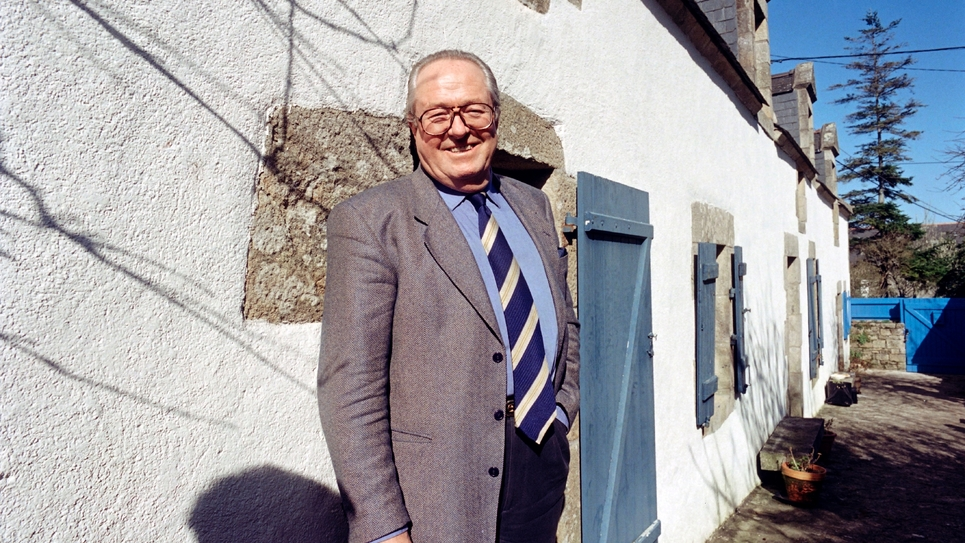 Jean-Marie Le Pen pose devant sa maison à La Trinité-sur-Mer, dans le Morbihan, le 30 mars 1995
