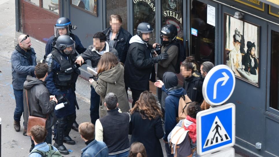 Alexandre Benalla (droite, casque et capuche) intervient le 1er mai 2018 sur un manifestant à Paris
