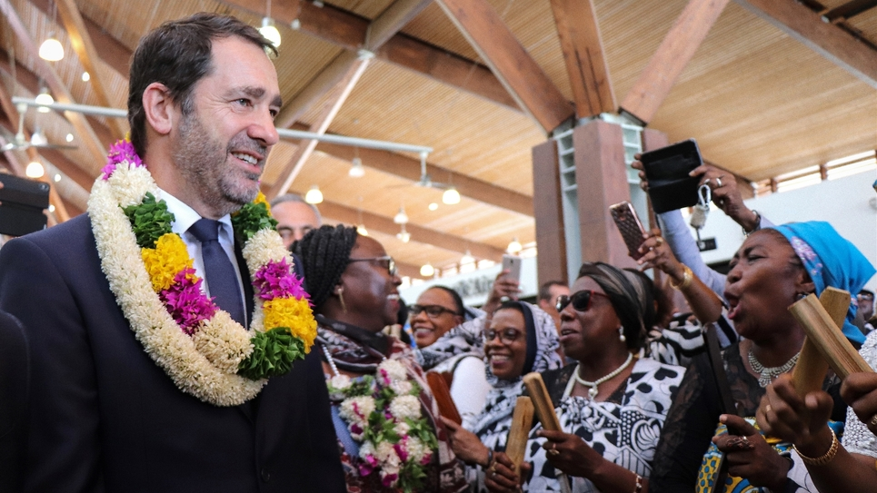 Le ministre de l'Intérieur Christophe Castaner (g) arrive pour une visite à Mayotte, le 14 avril 2019 à l'aéroport de Pamandzi