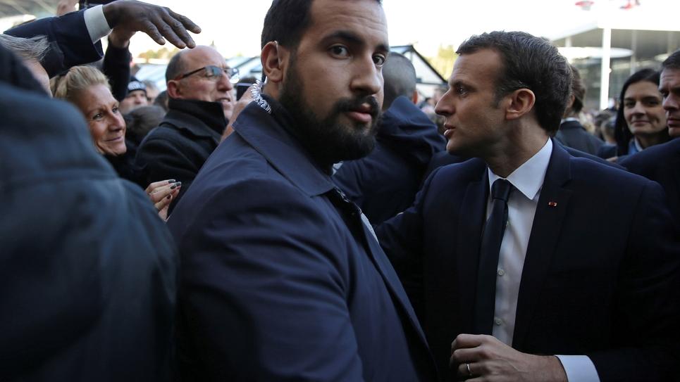 Alexandre Benalla (c) à côté d'Emmanuel Macron (d), le 24 février 2018 à Paris.