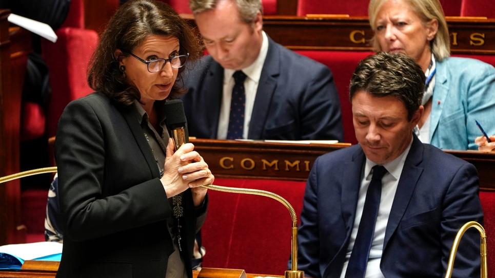 La ministre de la Santé, Agnès Buzyn (g), à l'Assemblée nationale à Paris, le 10 mars 2019