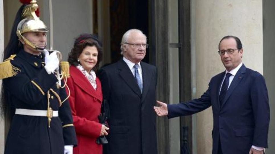 Le roi de Suède Carl XVI Gustaf et son épouse, la reine Silvia, sont accueillis à l'Elysée par le président français François Hollande, le 2 décembre 2014