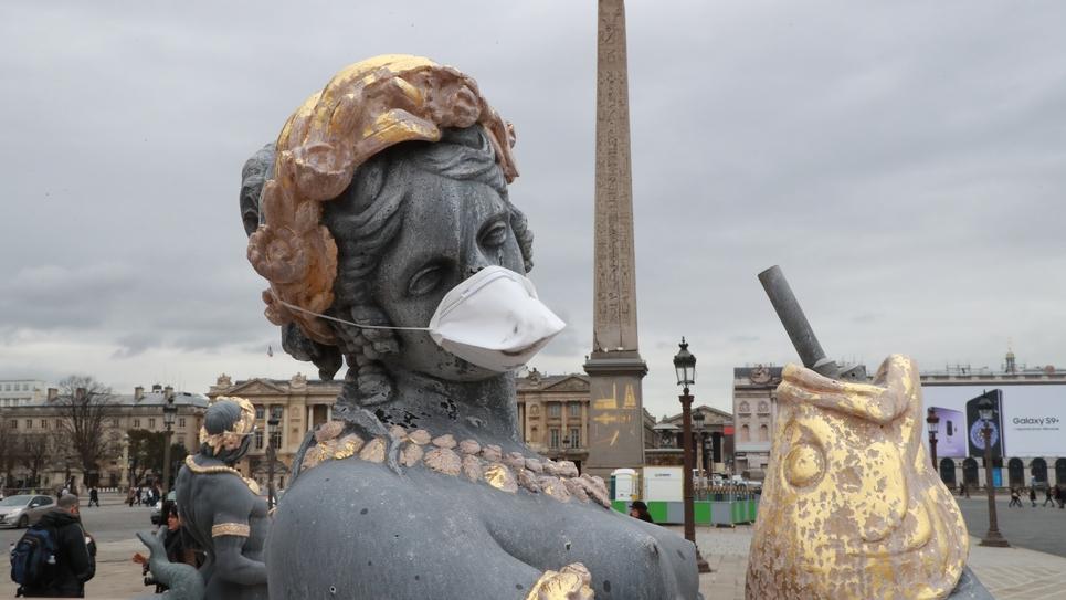 Des masques protecteurs ont été apposés le 31 mars 2018 devant la bouche de statues place de la Concorde, afin de dénoncer l'inaction des pouvoirs publics contre la pollution de l'air