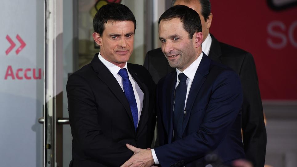 Poignée de mains entre Manuel Valls et Benoît Hamon au siège du PS au soir du second tour de la primaire le 29 janvier 2017 à Paris