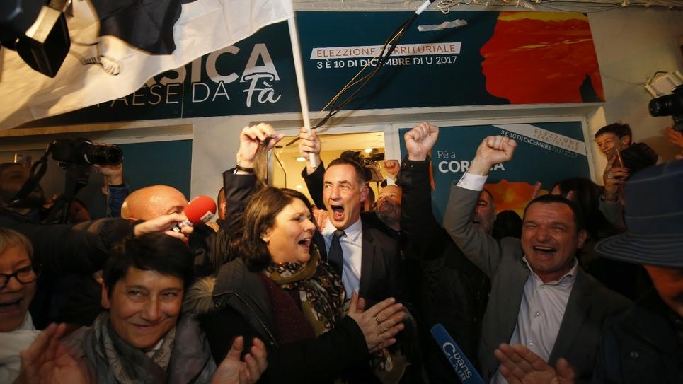 L'autonomiste Gilles Simeoni (c) fête la victoire aux élections territoriales avec ses partisans, le 3 décembre 2017 Bastia