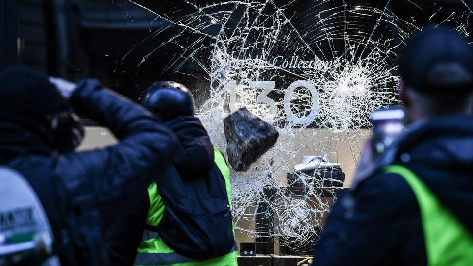 """Une vitrine brisée par des """"gilets jaunes"""" à Paris le 1er décembre 2018 lors de la journée de mobilisation nationale"""