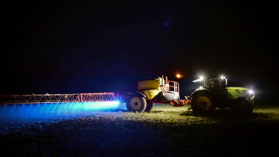Un fermier français diffuse du glyphosate sur un de ses champs de maïs, à Saint-Léonard-des-Bois, le 21 mars 2019