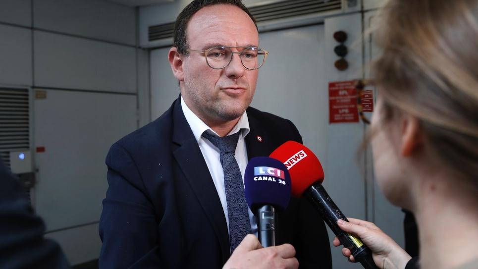 Le député LR Damien Abad répond à des journalistes le 11 juin 2019