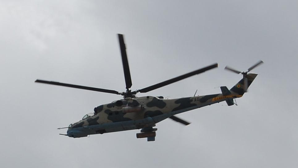 Un hélicoptère de l'armée guinéenne survole Conakry, le 28 septembre 2011